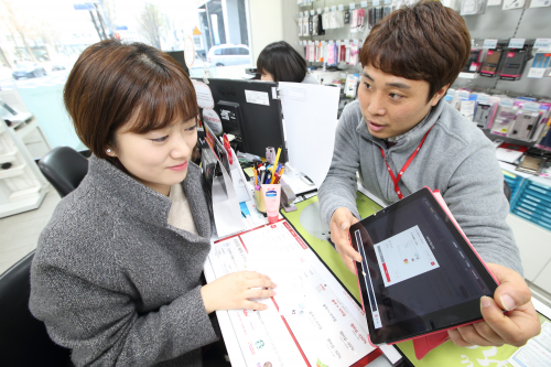KT-하나카드,제휴카드 출시…매달 한 번만 쓰면 통신비 5천 원 할인