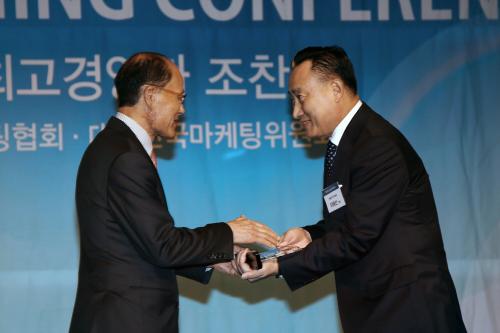 ▲ 이해선 코웨이 대표이사(오른쪽), 원대연 사단법인 한국마케팅협회 명예회장(왼쪽) © 코웨이